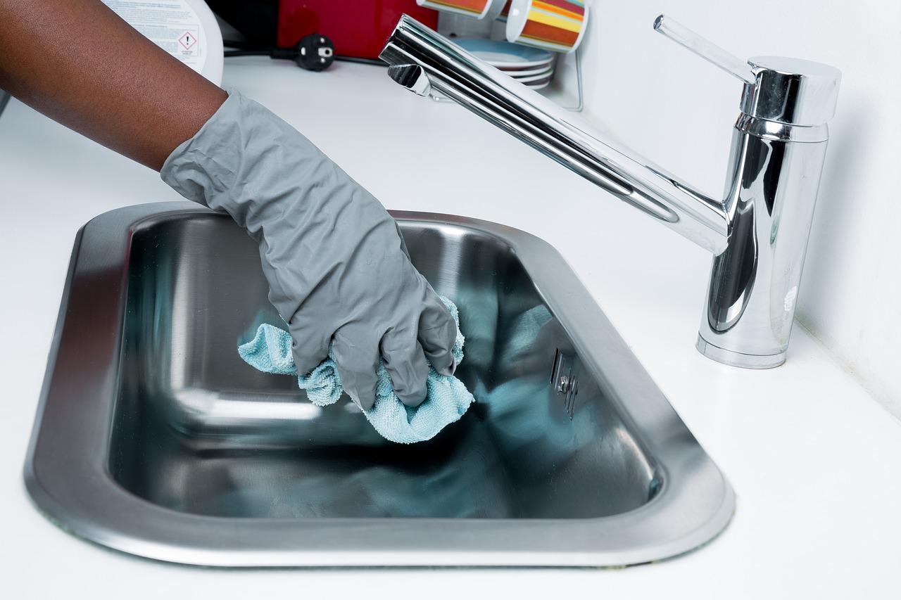 Nettoyer son évier avec du bicarbonate
