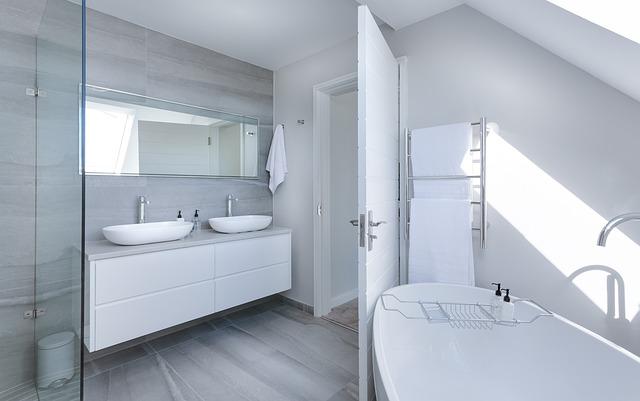 Comment aménager une salle de bains sous les combles dans les règles?
